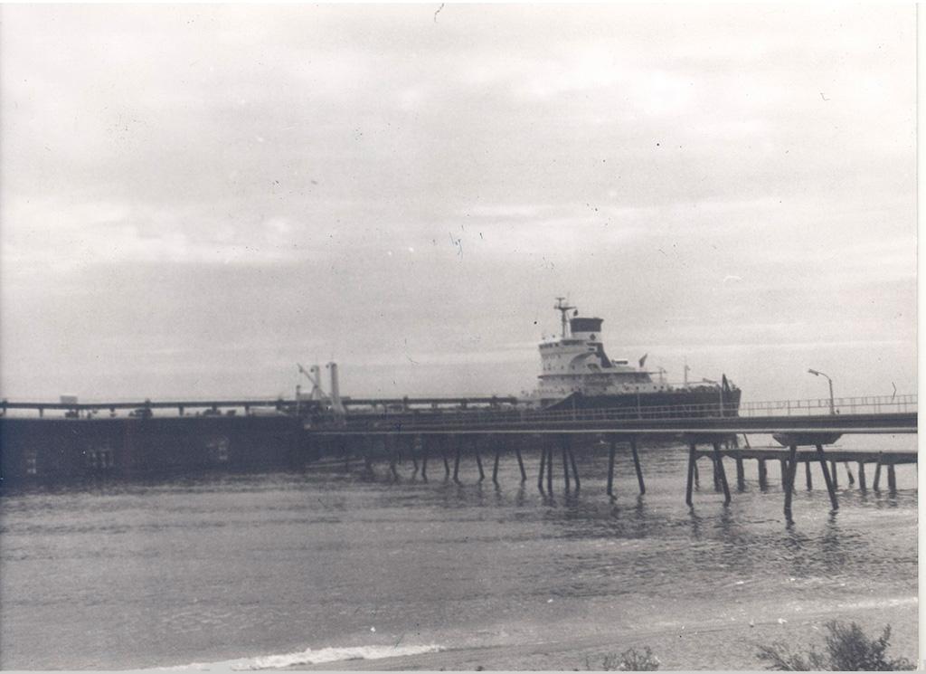Vaixell descarregant a CAMPSA Badalona - Pont del Petroli